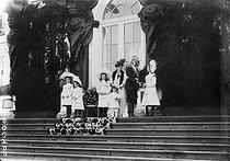 The tsarina Alexandra Feodorovna, wife of Nicholas II of Russia, surrounded with her children during a ceremony in Tsarskoïe Selo. © Albert Harlingue / Roger-Viollet