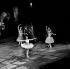 """Margot Fonteyn dans """"Raymonda"""". Musique de Glazounov. Chorégraphie de Rudolf Noureiev d'après Marius Petipa. Ballets australiens. Paris, théâtre des Champs-Elysées. Novembre 1965. © Jacques Cuinières / Studio Lipnitzki / Roger-Viollet"""
