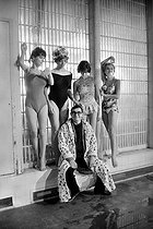 "Claude Chabrol, French director, on the set of ""Les bonnes femmes"", surrounded by his actresses: Bernadette Lafont, Stéphane Audran, Lucile Saint-Simon and Clotilde Joano. France, December 1959. © Bernard Lipnitzki / Roger-Viollet"