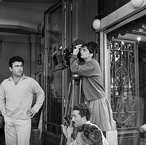 "Shooting of ""Cléo de 5 à 7"", film by Agnès Varda (1962). Agnès Varda preparing a scene. France, on June 28, 1961. © Alain Adler / Roger-Viollet"