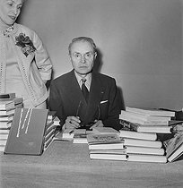 Book fair of veteran writers. Maurice Genevoix (1890-1980), French writer. Paris, 1961. © Boris Lipnitzki / Roger-Viollet