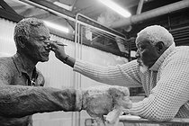 Ousmane Sow (1935-2016), Senegalese sculptor, painting the eye of the bronze sculpture of Nelson Mandela (The Great men series), at the Coubertin foundry. Saint-Rémy-lès-Chevreuse (France), August 2009. © Béatrice Soulé / Roger-Viollet