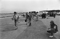 Cambodian War. Foreigners evacuated at the Pochentong airport. Phnom Penh (Cambodia), on April 11, 1975.  © Françoise Demulder / Roger-Viollet