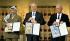 Yasser Arafat (1929-2004), homme politique palestinien, aux côtés de Shimon Peres (1923-2016) et Yitzhak Rabin (1922-1995), hommes politiques israéliens, reçevant le Prix Nobel de la Paix suite aux accords d'Oslo, 1994. © TopFoto / Roger-Viollet