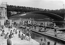Bathing in the river Seine. Paris, April 1941. © LAPI / Roger-Viollet
