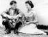 John Fitzgerald Kennedy et Jackie, le jour de leurs fiançailles, juin 1953. © TopFoto / Roger-Viollet