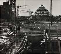 Construction site of the Louvre Pyramid (architect : Ieoh Ming Pei, 1917-2019). Paris (Ist arrondissement), Summer 1987. Photograph by Edith Gérin (1910-1997). Bibliothèque historique de la Ville de Paris. © Edith Gérin / BHVP / Roger-Viollet