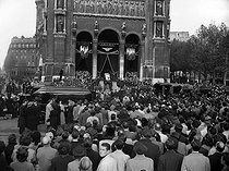 Funeral of the crew and ceremony in memory of the victims of a plane crash in the Azores that killed Marcel Cerdan and Ginette Neveu. Paris (VIIIth arrondissement), Saint-Augustin, November 1949. © Roger-Viollet