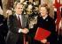 François Mitterrand (1916-1996), président de la République française, serrant la main de Margaret Thatcher (1925-2013), Premier ministre britannique, après la signature du traité de Canterbury, concernant le tunnel sous la Manche. Canterbury (Angleterre), 12 février 1986. © PA Archive / Roger-Viollet