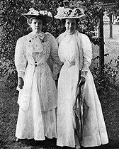 Madam Théodore Roosevelt on the right, and her youngest daughter Ethel. United States of America. 1907. © Roger-Viollet