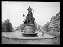 World War One. The statue of Francis Garnier (1839-1873), French navy officer and explorer. Paris, boulevard Saint-Michel, February 1918. © Excelsior – L'Equipe/Roger-Viollet