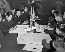 Korean War (1950-1953). Colonel James Murray, Junior, USMC and Colonel Chang Chun San, of the North Korean Communist Army, initial maps showing the north and south boundaries of the demarcation zone, during the Panmunjom cease fire talks. October 1, 1951. (Navy) © US National Archives / Roger-Viollet