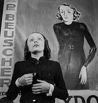 Edith Piaf (1915-1963), chanteuse française. Paris, 1937. © Gaston Paris / Roger-Viollet