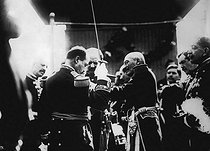 The revolution in Mexico (1910-1920). The president Huerta decorating the General Conona, for his behavior during the defence of Mexico City (1914). $$$ © Albert Harlingue/Roger-Viollet