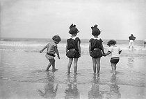 Children playing on a beach, around 1910. © Léon et Lévy/Roger-Viollet