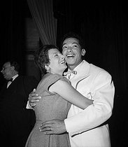 Henri Salvador (1917-2008), French singer, with his wife Jacqueline. Paris, théâtre Daunou, in May 1955.   © Studio Lipnitzki/Roger-Viollet