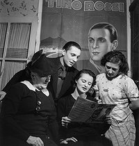 Fans of Tino Rossi (1907-1983), French actor and singer, performing his songs. France, circa 1940. © Gaston Paris / Roger-Viollet
