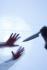 Détail de deux mains et d'un couteau. Allemagne, 10 mars 2008. Photographie de Ramesh Amruth. © Ramesh Amruth/Ullstein Bild/Roger-Viollet