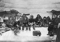 Inuits dans un igloo. Groenland. © Haeckel Collection/Ullstein Bild/Roger-Viollet