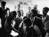 Indira Gandhi (1917-1984), femme politique indienne, Premier ministre de l'Union indienne de 1966 à 1977 et de 1980 à 1984, discutant avec des villageois. Inde, 1967. © Ullstein Bild/Roger-Viollet