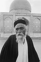 Old man in front of a mosque. Tabriz (Iran), 1972. Photograph by Jean Marquis (1926-2019). © Jean Marquis / Roger-Viollet
