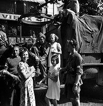 World War II. Liberation of Paris. Street scene, on August 25, 1944. © Pierre Jahan/Roger-Viollet