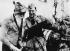 Anschluss. Canonnier allemand en discussion avec un tyrolien. Autriche, 12 mars 1938. © Ullstein Bild / Roger-Viollet