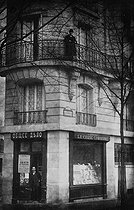 Vladimir Bourtsev (1862-1942), journalist that flushes out double agents in the emigration, on the balcony above his bookshop, 50 boulevard Saint-Jacques in Paris, after 1920. © Roger-Viollet