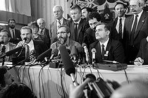 Lech Walesa (born in 1943), Polish politician and trade unionist, Georges Mink (born in 1946), French sociologist, and Bronislaw Geremek (1932-2008), Polish politician and historian, during a press conference. Paris, hôtel Concorde-Lafayette, on December 2, 1988. © Carlos Gayoso / Roger-Viollet