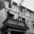 Guerre 1939-1945. Le général De Gaulle, président du Comité de Libération nationale au balcon de l'hôtel de ville de Cherbourg (Manche). 20 août 1944.      © US National Archives/Roger-Viollet