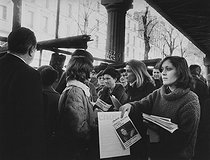 "Gisèle Halimi (1927-2020), Tunisian-born French lawyer, feminist activist and politician, candidate in the XVth arrondissement, giving away leaflets during the election campaign of the Women's Common Programme of ""Choisir"". Commerce-Dupleix market (XVth arrondissement). Paris, February 26, 1978. Photograph by Janine Niepce (1921-2007). © Janine Niepce / Roger-Viollet"