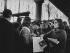 """Gisèle Halimi (1927-2020), avocate, militante féministe et politique française d'origine tunisienne, candidate du XVème arrondissement, distribue des tracts durant la campagne électorale du Programme Commun des Femmes de """"Choisir"""". Marché Commerce-Dupleix (XVème arr.). Paris, 26 février 1978. Photographie de Janine Niepce (1921-2007). © Janine Niepce / Roger-Viollet"""