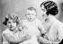Elizabeth Bowes-Lyon (1900-2002) et ses deux filles, les princesses Elisabeth (née en 1926) et Margaret (1930-2002). 1936.  © TopFoto/Roger-Viollet
