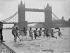 Groupe de garçons se rafraîchissant dans la Tamise pendant une vague de chaleur. Londres (Angleterre), 29 mai 1937. © TopFoto/Roger-Viollet