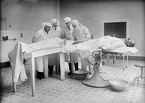 Blood transfusion in a hospital. France, 1918. © Maurice-Louis Branger / Roger-Viollet