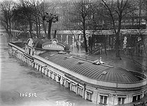 Seine floods. The Samaritaine public baths, on January 10, 1919. © Maurice-Louis Branger/Roger-Viollet