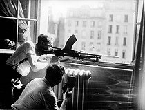 World War II. Liberation of Paris. Resistance fighters of the F.F.I. (French Forces of the Interior) at the window of the police headquarters, on August 25, 1944. © LAPI/Roger-Viollet