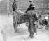 Insurrection de Pâques 1916. Sentinelle fouillant une charrette. Dublin (République d'Irlande).  © TopFoto / Roger-Viollet