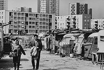 Immigrants in a shanty town. Paris suburbs, circa 1968. Photograph by Janine Niepce (1921-2007).$$$ © Janine Niepce / Roger-Viollet