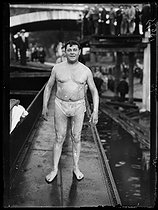 World War I. Swimmer at the start of the Swimming across Paris, swimming race taking place between the Pont National and the Pont Mirabeau. Paris, on July 29, 1917. © Excelsior – L'Equipe/Roger-Viollet