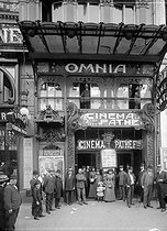 "The ""Omnia, cinéma Pathé"", 5 boulevard Montmartre. Paris, October 1908. From left to right: (with walking sticks): Serge Sandberg, Georges Cerf, Edmond Benoit-Levy, Léon Madieu, (with arms crossed): Paul Fournier, director of the establishment. At the window: Charles Delac, Paul Kastor and Bony (general secretaries of the Omnia). © Léon et Lévy / Roger-Viollet"