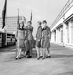 Ted Lapidus (1929-2008), couturier français, entouré de modèles. De gauche à droite : Lynda Yorke, Juliette Sutter et Essie Pethman. Londres, septembre 1965. © TopFoto / Roger-Viollet