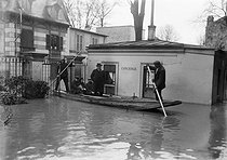 1910 Great Flood of Paris. Inhabitants leaving their houses. Asnières (France), 1910. © Maurice-Louis Branger/Roger-Viollet