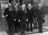 Guerre 1939-1945. Cabinet Paul Reynaud (remanié le 5 juin, se replie dès le 10 vers Briare puis Cange, Tours). De g. à dr. : Frossard, Chichery, J. Prouvost, P. Reynaud, Février, Y. Delbos, le général De Gaulle et Pernod. Mai 1940. © Roger-Viollet