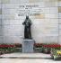 """Statue de Dom Pierre Pérignon (1639-1715), cellerier de l'abbaye d'Hautvillers dont le cloître et les grands vignobles sont la propriété de la maison """"Moët & Chandon"""". Epernay (France).  © TopFoto / Roger-Viollet"""