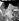 Spectateurs du tournoi de tennis de Wimbledon se protégeant du soleil lors d'une vague de chaleur. Angleterre, 30 juin 1961. © TopFoto/Roger-Viollet