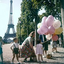 Young woman and children on the Champ-de-Mars. Paris (VIIth arrondissement), circa 1960. © Roger-Viollet