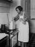Femme dans sa cuisine, vers 1930. © Albert Harlingue/Roger-Viollet