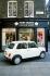 """Le magasin de prêt-à-porter """"Mary Quant"""" et l'Austin Rover mini """"Designer"""", série limitée. Londres (Angleterre), Carnaby street. 2000. © TopFoto/Roger-Viollet"""