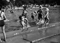 Children at the Jardin d'Acclimatation, amusement park. Paris (XVIth arrondissement), September 1941. © LAPI/Roger-Viollet
